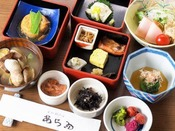 【朝食一例】いろいろ楽しめる重箱膳。水や炊き方にもこだわった白米もおすすめです。