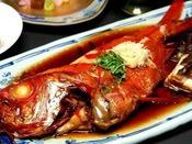 【夕食会席一例/グレードアップ】秘伝のタレが美味しい、金目鯛の姿煮。大きさは何と約1Kg!