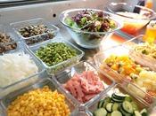 バランスよくたっぷりの栄養素が摂れる話題の野菜、フルーツ、たんぱく質食材などを組み合わせたサラダ