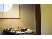 旅籠の夕食は囲炉裏を囲んだ癒しの空間で、四季折々の料理を会席コースを堪能。