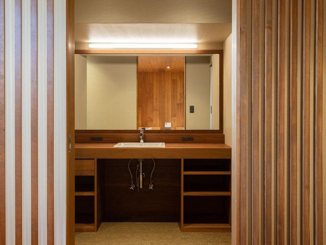 *【パウダールーム】大きな鏡と木のぬくもりが特徴です