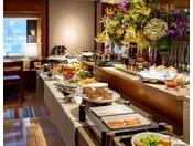 ブレックファースト(7:00~10:30) スープやサラダなど日替わりのメニューがそろう朝食ブッフェ。