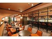 メインバー「レスタカード」(本館2階)お客さまのお好みに応じてオリジナルカクテルをお作り致します。落ち着いたインテリアに囲まれ静かな時間をお過ごしくださいませ。