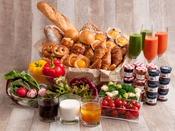 焼き立てパンに、シェフが作るオムレツ、洋食から和食までバラエティ豊かなメニューがずらり。
