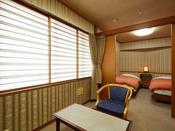 和室6帖+ツインベッド+ユニットバス+シャワートイレ付きベットルームなので、年配のお客様にも人気の客室です。(段差あり)