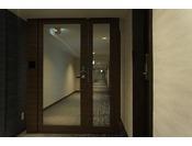 レディースルームエリアの入り口には、セキュリティシステム付の扉がございます。
