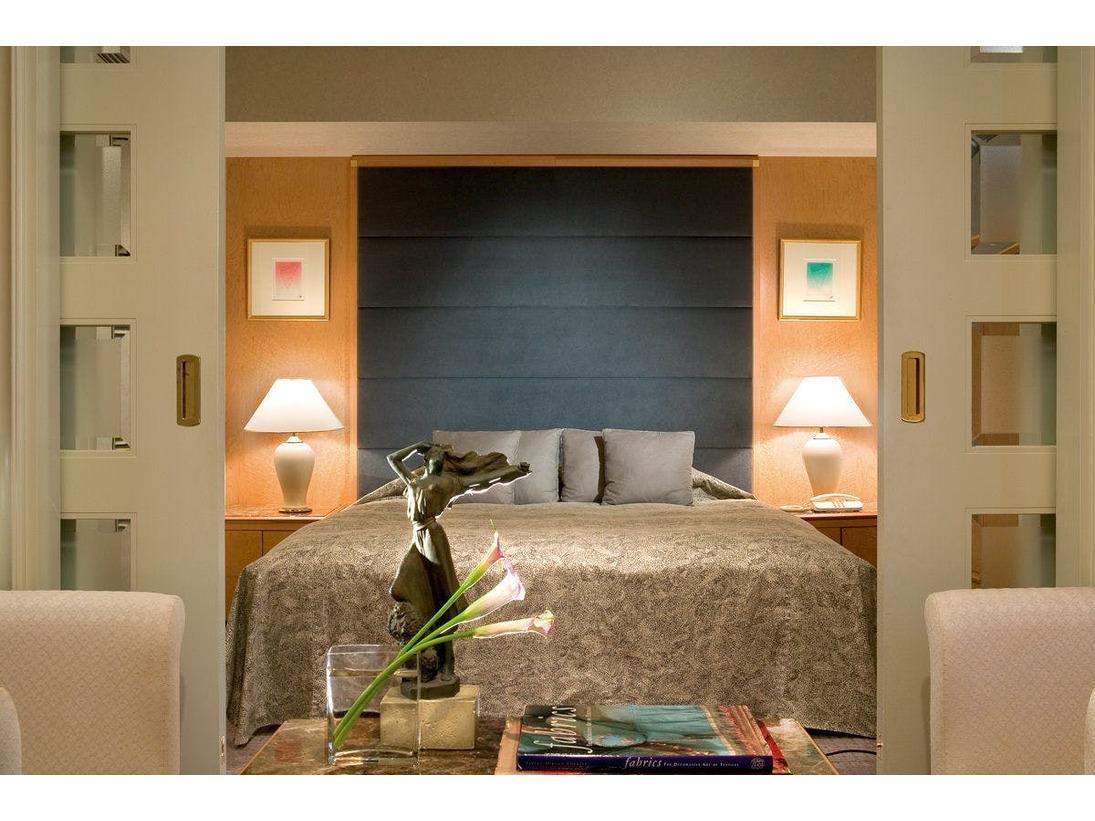スイートルーム(44平米)200cmx205cmサイズのベッド1台ゆとりのあるベッドと落ち着いたインテリアでおくつろぎいただける客室。やすらぎのひとときをお約束します。
