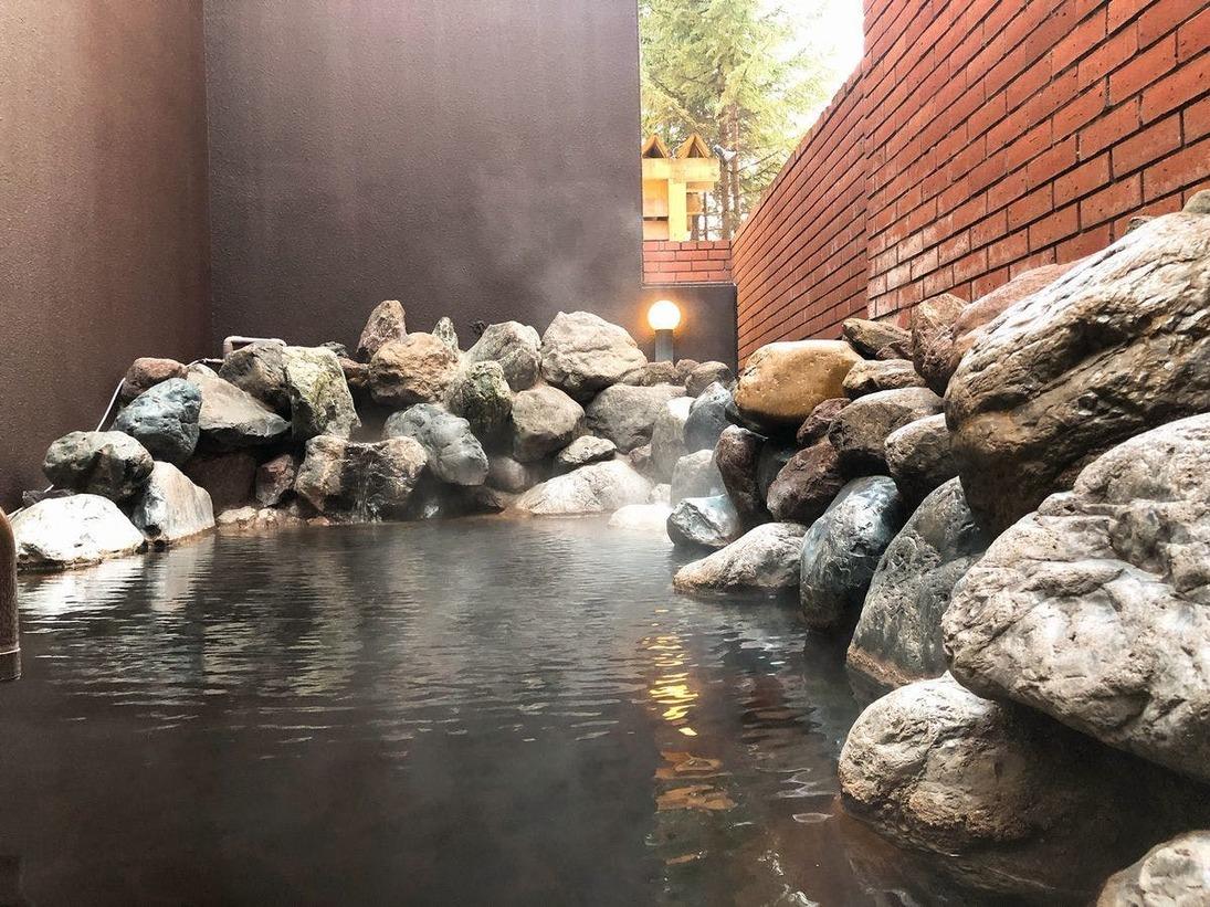 露天風呂/モール温泉の優しい泉質がお肌を滑らかにしてくれます。北海道ホテルの源泉から湧き出る温泉は、ここ一帯のモール温泉の中でも、最も濃く、湯口から出るお湯は源泉100%
