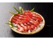 新潟沖合で採れるピンク色の艶のある小ぶりの身をした海老で、真っ赤な色あいから南蛮海老とよばれています、風味が濃く甘みが口いっぱいに広がります。