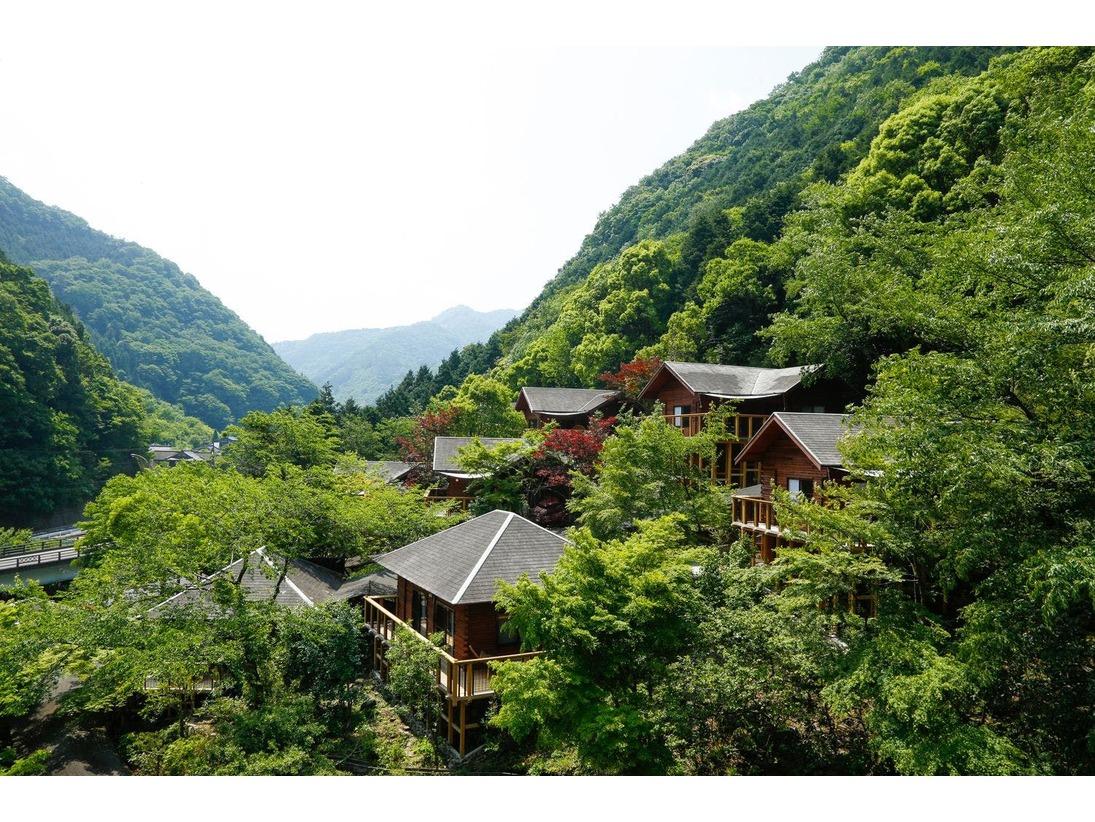 山の斜面を活かし、広々としたテラスに山の香りが届く、里山ヒュッテ。