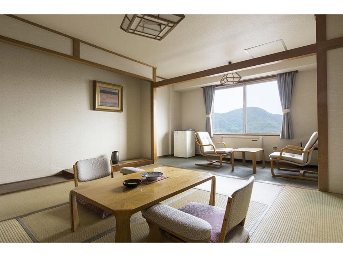 ほっと心がやすらぐスタンダードな和室8畳のお部屋。 ユニットバス・広縁も付いています。 寛ぎの空間でゆったりとお過ごし下さい。