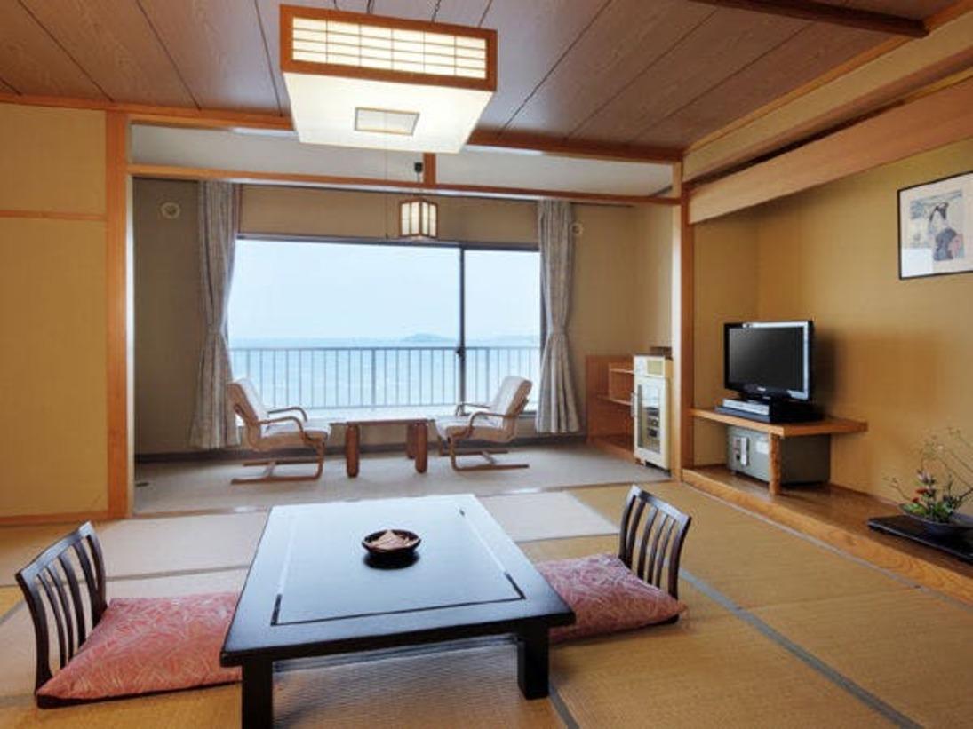 自然豊かな志津川湾を眼下に望む!海側和室でございます。