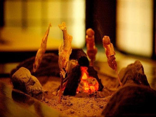 囲炉裏端を囲んだ昔懐かしい雰囲気