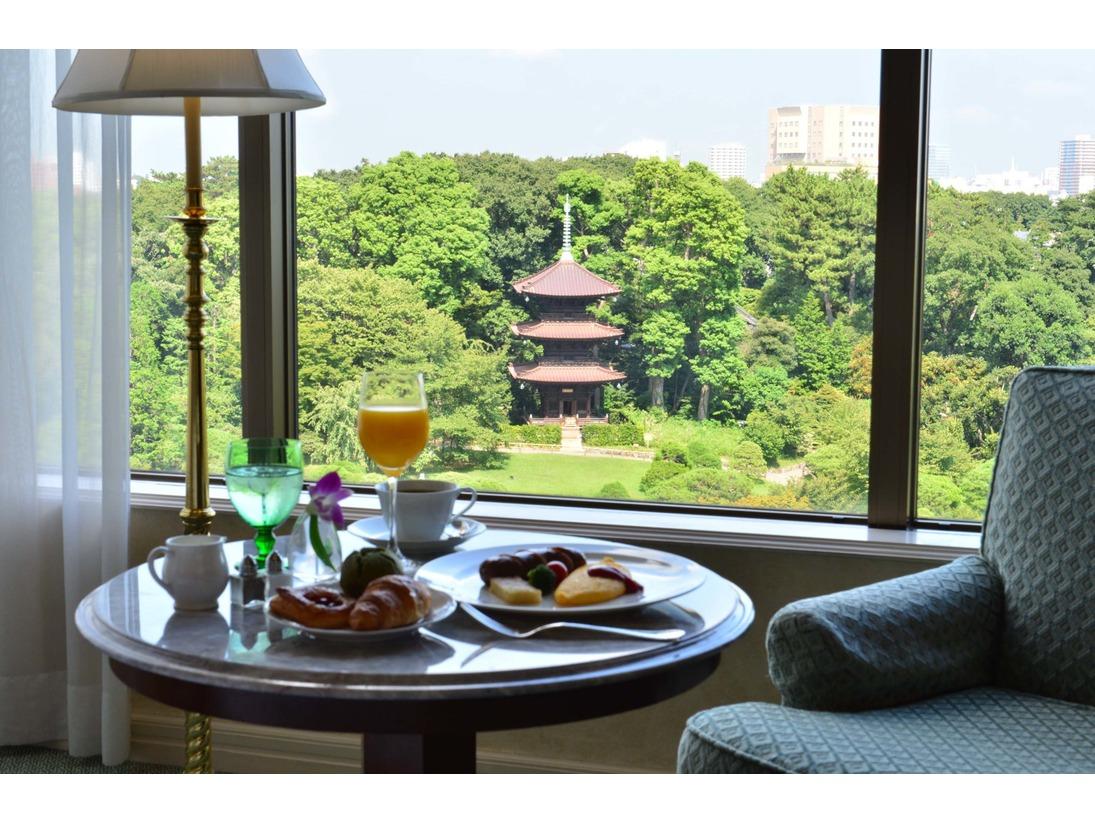 森のなかで目覚めた朝は、しっかりと朝食を。ルームサービスも充実。