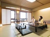 和室(森の館)※山々に囲まれた景色を一望できる広々客室です