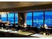 スカイラウンジ「プレンデトワール」(本館30階)目の前に広がる神戸の海と街並み。お昼は広い空につつまれ開放感あふれ、夜は星空と街の明かりがどこまでも続くパノラマ。1000万ドルと称される神戸の夜景が時間を追うごとに変化しつづける景色をご満喫ください。