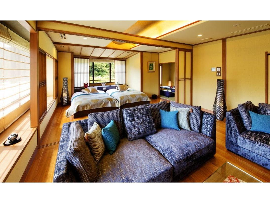 別邸-神楽-■多々楽-TATARA-スイート■露天風呂付和室・リビング・ベッドルームを備えたゆとりのスイートは、まさに極上のくつろぎ空間。細やかなおもてなし心にあふれた上質なぬくもりに包まれ、百楽荘ならではの大人の休日をごゆっくりと・・