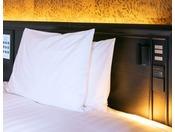 モードツインベッド 全室枕元にコンセント完備。スマホの充電も安心です。