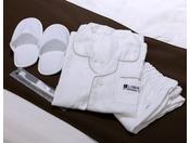 お子様アメニティ120センチのパジャマ、20センチのスリッパ、歯ブラシをご用意しております。事前にご連絡(客室予約直通 06-6462-1601 )いただきますとご入室できます。洗面所用に踏み台もございます。(ご予約制)