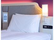 一般フロアベッドボード 全室枕元にコンセント完備。スマホの充電も安心です。