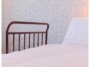 ベッドガード各ベッドの両サイド、足元にお付けできます。台数に限りがございます。事前にご予約下さい。(客室予約直通 06-6462-1601)