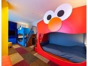 超ビッグフェイスのエルモ&クッキーモンスターがお出迎え。セサミストリートTMの楽しさ満載、ポップなアート空間で仲間とのおしゃべりだってはずんじゃう!