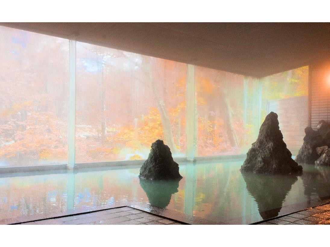 秋には紅葉の彩りで華やかな浴場に!
