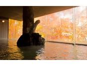 10月後半は紅葉が窓に映りこんだ大浴場をお楽しみください。
