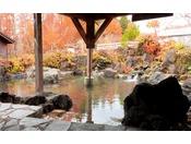 遠くにブナ林を望む秋の露天風呂(女湯)