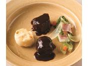 国産牛フィレ肉の赤ワイン煮とドフィネ風グラタン