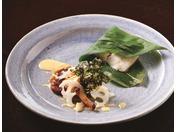 日本海産ヒラメの笹蒸し コンテチーズのヴァンブランソース