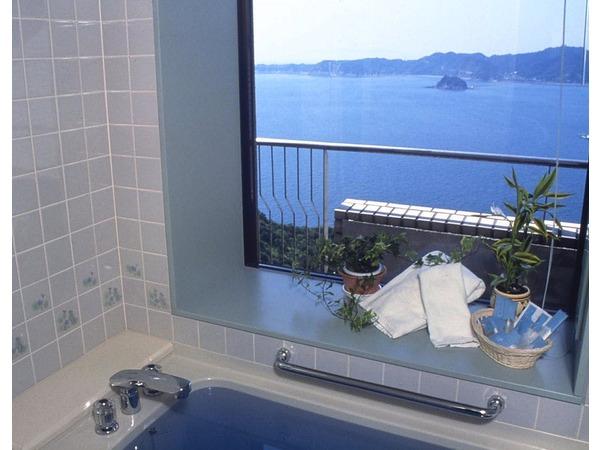 鳴門海峡も見えるデラックスツインのお風呂