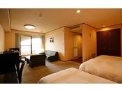【鳴門海峡の見えるデラックス洋室(49.5平米)】くつろぎのリビングルを設えたトリプルルーム