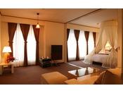 【スイート712号(55平米)】まるで映画のワンシーンに出てくるような天蓋ベッドが魅力のスイートルーム