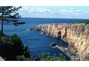 【三段壁】当館より車で約5分 高さ50m~60mの断崖 恋人の聖地としても有名です。