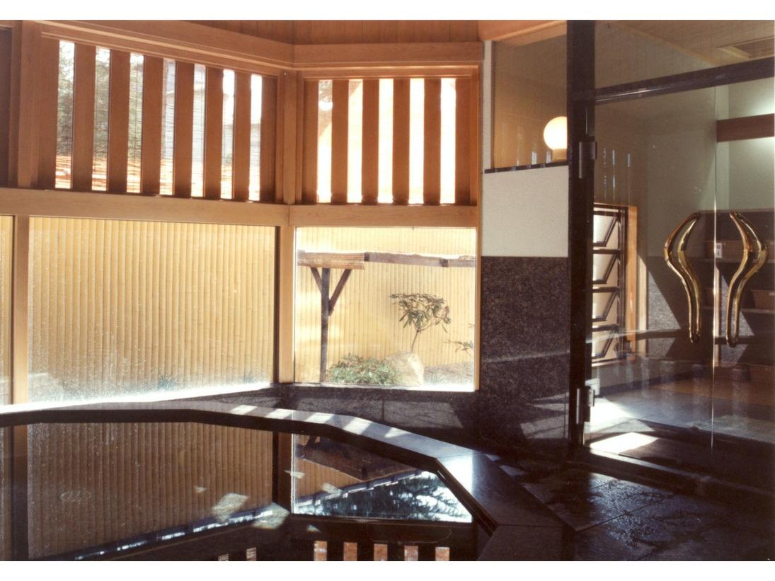 【御影石の湯】選べる3種の貸切風呂の内1つ。上品な黒色が美しい湯です。