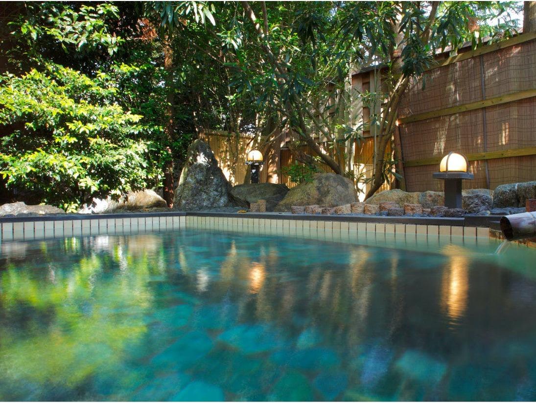 【露天風呂】選べる3種の貸切風呂の一つ。風と陽の光が気持ちの良い湯。