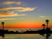 <インフィニティプール(屋外プール)> 海との一体感が美しいインフィニティプール。プールサイドにはゆったりお寛ぎいただける有料シート席もご用意。