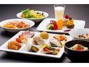 <ビュッフェレストラン「シーフォレスト」>※ディナーメニューの一例(写真はイメージ)