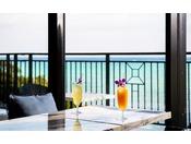 <ティーラウンジ>解放感のある窓から海を眺めて、ゆっくり流れる時間をお過ごし頂けます。