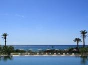 <インフィニティプール(屋外プール)>海との一体感が美しいインフィニティプール。プールサイドにはゆったりお寛ぎいただける有料シート席もご用意。