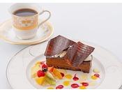<ティーラウンジ>海を臨むティーラウンジで、ホテルメイドのケーキとともに午後のひとときをお楽しみください。※写真はイメージ