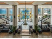 <ロビー>ブリティッシュコロニアルをベースとした、ホテルモントレシリーズのデザインテイストを汲んだ欧風スタイル。館内に一歩足を踏み入れると、そこには非日常空間が広がります。