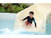 <スライダー付キッズプール(屋外プール)> 約4.2mのキッズ用スライダー付プールは、水深0.6mでお子様にも安心してご利用いただけるキッズプールです。