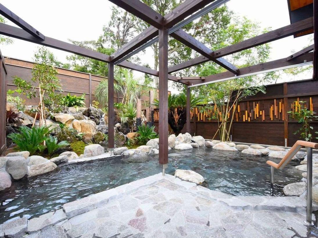 温泉露天風呂は可動パラソルを設置しておりますので、雨の日でも安心して入浴できます。