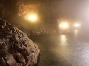 【1F大浴場「豊雅殿」】/洞窟風呂~かくれ湯~は、お子様に人気。童心にかえって温泉探検をどうぞ。