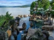 ◆【庭園露天風呂「鹿泉の湯」】/湖との境目は岩一枚。まるで阿寒湖の中に入っているかのよう…