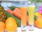 ゴーヤー&パイナップル、ニンジン&オレンジのオリジナルジュース。フレッシュフルーツジュースはご自身でジューサーで絞りたてをお召し上がりください。