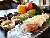 伝統製法の島豆腐 6種のオリジナル特選タレでお召し上がりいただけます。