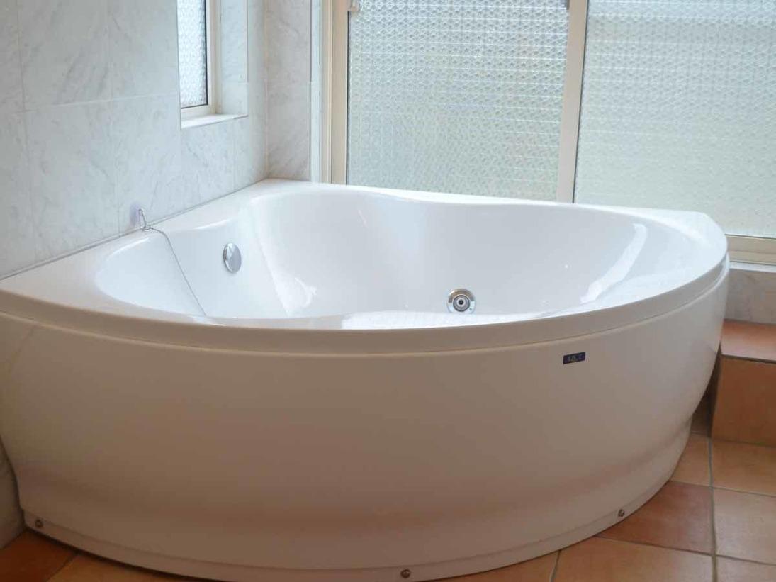 【ネイビー】 真っ白い扇形のお風呂。ジャグジー付き!